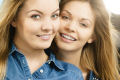 2 счастливых друз женщин имея потеху Стоковая Фотография RF