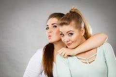 2 счастливых друз женщин имея потеху Стоковые Фотографии RF