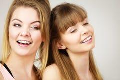 2 счастливых друз женщин имея потеху Стоковое Фото