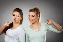2 счастливых друз женщин мотируя Стоковые Фотографии RF