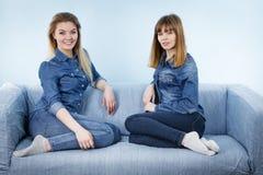 2 счастливых друз женщин нося обмундирование джинсов Стоковое Изображение RF