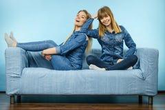 2 счастливых друз женщин нося обмундирование джинсов Стоковые Фотографии RF