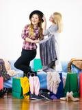 2 счастливых женских друз после ходить по магазинам Стоковое Фото