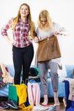 2 счастливых женских друз после ходить по магазинам Стоковые Фото