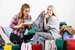 2 счастливых женских друз после ходить по магазинам Стоковые Фотографии RF