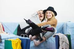 2 счастливых женских друз после ходить по магазинам Стоковая Фотография RF