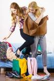 2 счастливых женских друз после ходить по магазинам Стоковые Изображения