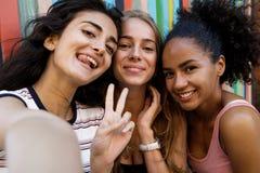 3 счастливых женщины делая selfie Стоковая Фотография