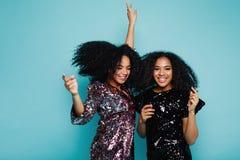 2 счастливых женщины танцуя совместно в стильной одежде Стоковая Фотография RF