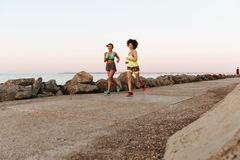 2 счастливых женщины фитнеса бежать outdoors Стоковое Фото