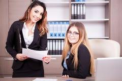 2 счастливых коммерсантки в офисе Стоковая Фотография