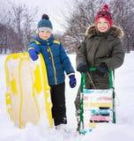 2 счастливых мальчика на скелетоне и лыжах в зиме outdoors стоковые фото