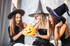 2 счастливых молодой женщины в черных костюмах хеллоуина ведьмы на партии Стоковая Фотография RF