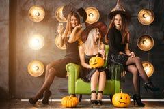2 счастливых молодой женщины в черных костюмах хеллоуина ведьмы на партии Стоковое Изображение RF