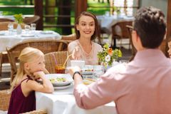 2 счастливых родителя празднуя день рождения их маленькой дочери Стоковое Изображение RF
