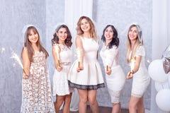 5 счастливых стильных молодых женщин празднуя стоковые изображения rf