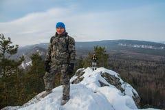 2 счастливых hikers на верхней части горы в зимнем дне Стоковое Изображение