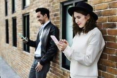 Счастье датировка пар путешествуя используя умную концепцию телефона стоковые фотографии rf