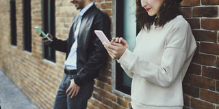 Счастье датировка пар путешествуя используя умный телефон стоковое изображение