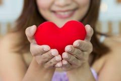 Счастье женщин крупного плана с формой сердца в руках Стоковые Изображения