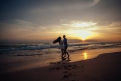 Счастье и романтичная сцена пар влюбленности будут партнером на заходе солнца на пляже Любовь насладитесь Счастливый стоковые изображения rf