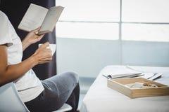 Счастье молодой женщины на спальне в наслаждаться книгами чтения и n Стоковая Фотография RF