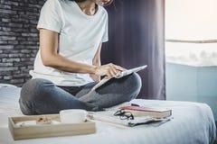 Счастье молодой женщины на спальне в наслаждаться книгами чтения и n Стоковые Фотографии RF