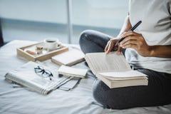 Счастье молодой женщины на спальне в наслаждаться книгами чтения, новостями Стоковое Изображение