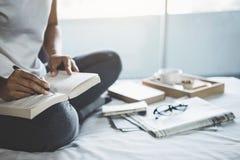 Счастье молодой женщины на спальне в наслаждаться книгами чтения, новостями Стоковые Фото