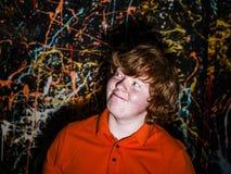 Счастье на стороне смешного freckled мальчика стоковое фото