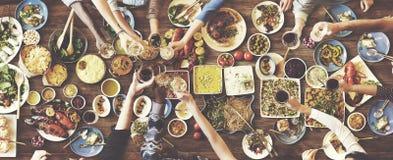Счастье друзей наслаждаясь концепцией еды Dinning Стоковая Фотография RF