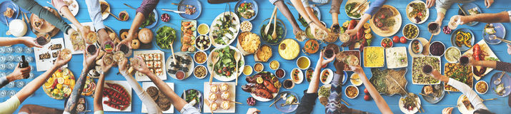 Счастье друзей наслаждаясь концепцией еды Dinning Стоковые Изображения RF