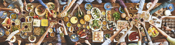 Счастье друзей наслаждаясь концепцией еды Dinning стоковое изображение