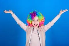 Счастье только реальное при публикации Счастливый ребенок маленькой девочки нося яркие волосы парика усмехаясь со счастьем Ребено стоковая фотография
