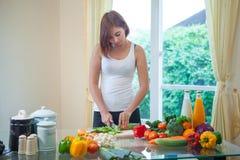Счастливая азиатская женщина варя салат овощей зеленый Стоковое Изображение