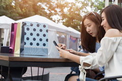 счастливая азиатская женщина с smartphone и красочными хозяйственными сумками на Стоковое Изображение RF
