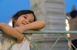 Счастливая азиатская стойка ребёнка на мосте Стоковое Фото