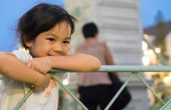 Счастливая азиатская стойка ребёнка на мосте Стоковые Фото