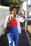 Счастливая африканская женщина говоря на мобильном телефоне Стоковое Изображение RF