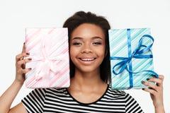 Счастливая афро американская женщина держа 2 присутствующих коробки Стоковые Изображения RF
