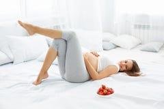 Счастливая беременная женщина чувствует здоровой и получает некоторую потеху Здоровый fo Стоковое Изображение