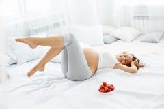 Счастливая беременная женщина чувствует здоровой и получает некоторую потеху Здоровый fo Стоковая Фотография RF