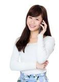 Счастливая беседа девушки, который нужно позвонить по телефону Стоковые Изображения RF