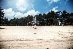 Счастливая белокурая девушка на каникулах Стоковые Фотографии RF