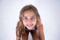 Счастливая белокурая девушка смотря камеру от фронта Стоковое Фото