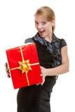 Счастливая белокурая девушка с лентой красной подарочной коробки рождества золотой. Праздник. Стоковые Фотографии RF