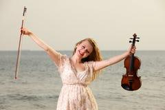 Счастливая белокурая девушка с скрипкой внешней Стоковое Изображение RF