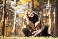 Счастливая белокурая женщина в лесе осени Стоковая Фотография RF