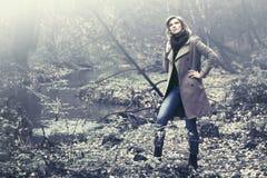 Счастливая белокурая женщина моды в классический идти пальто внешний Стоковое фото RF