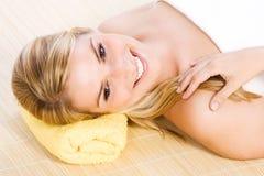 Счастливая белокурая женщина на обработке красоты СПЫ Стоковое Изображение RF